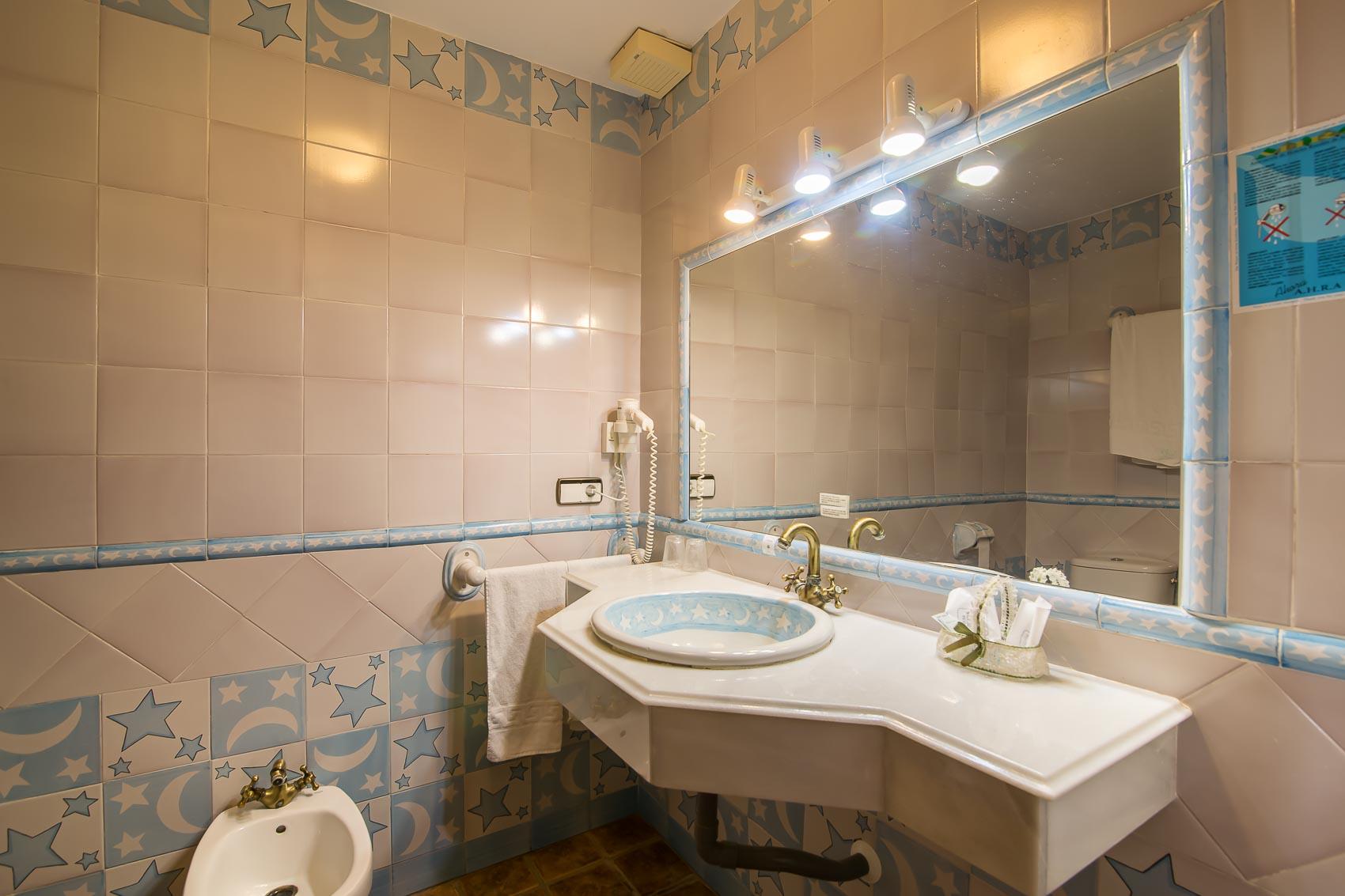 Baño habitación doble. Alojamiento en Casares